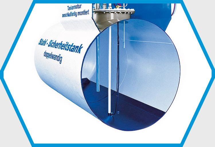 Bei doppelwandigen zylindrischen Stahltanks bilden die äußere und die innere Tankwand den Überwachungsraum.